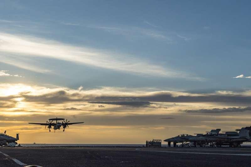 一架E-2C降落於正在南海巡弋的卡爾文斯號航母甲板上。(美國海軍官網)
