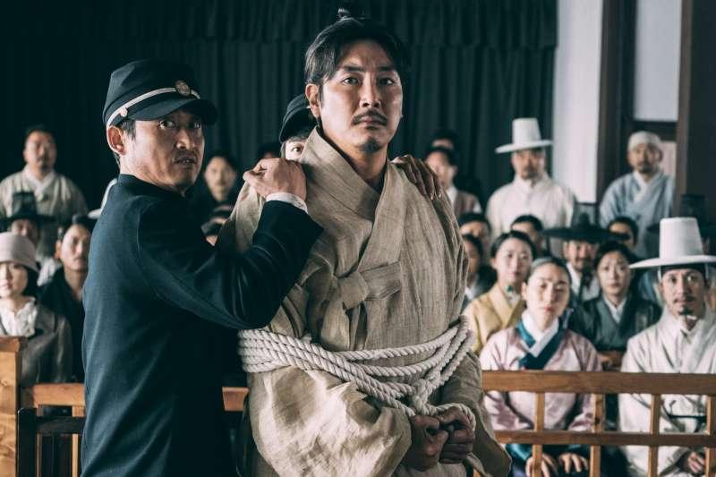 韓國新片《獄火重生:金昌洙》,由實力派影星趙震雄(右)飾演「韓國國父」,名為金昌洙的金九。(可樂電影提供)