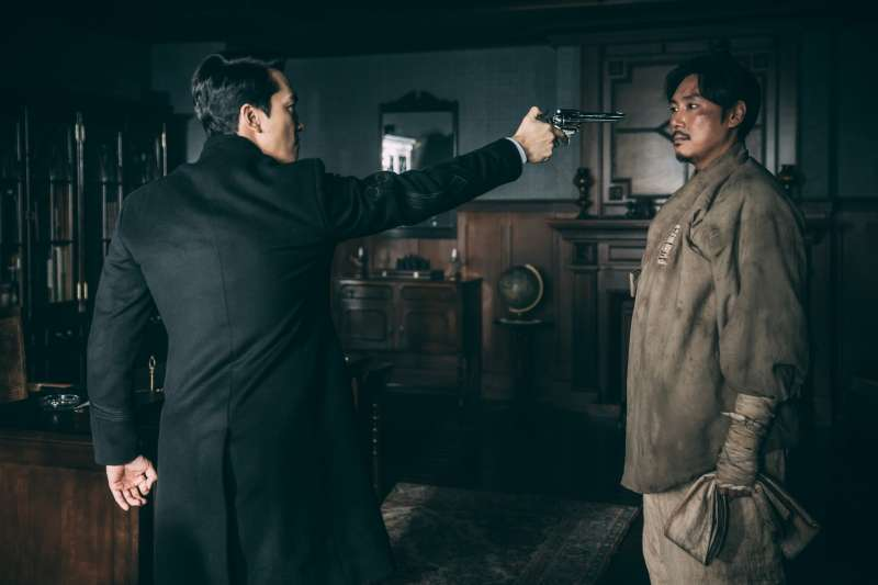 韓國新片《獄火重生:金昌洙》,趙震雄飾演的金昌洙,與飾演典獄長的宋承憲有精采的對手戲。(可樂電影提供)