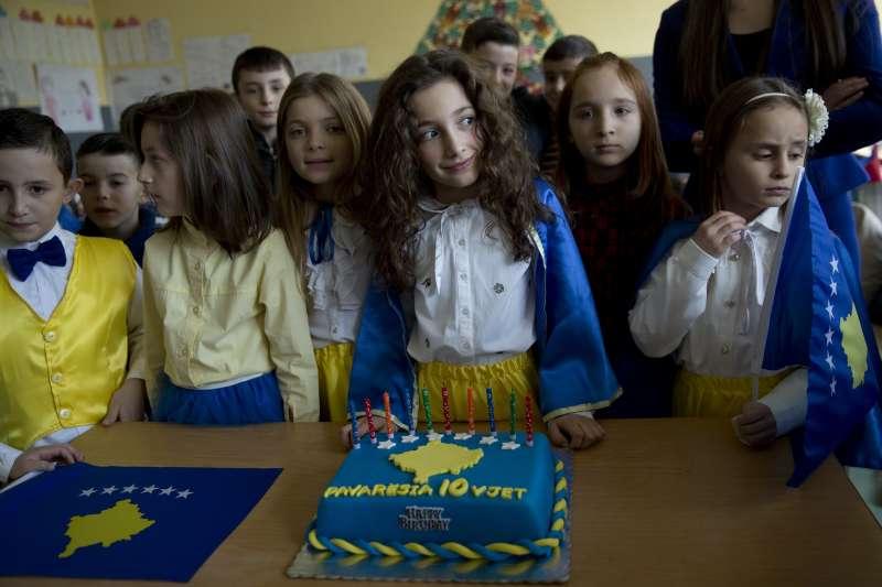 2018年2月17日,科索沃慶祝獨立10周年,小女孩莎披(Pavaresia Sopi)與祖國同一天誕生,她的名字「Pavaresia」就是獨立的意思(AP)