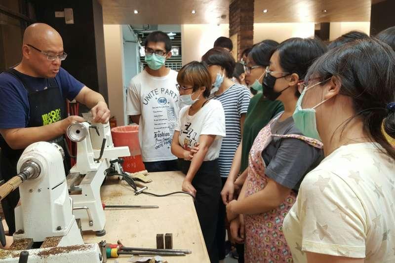 課程中老師從木材基本認識開始教起,按部就班指導學生如何在六天課程中完成木柄原子筆與木質椅凳。(圖/桃園市勞動局提供)