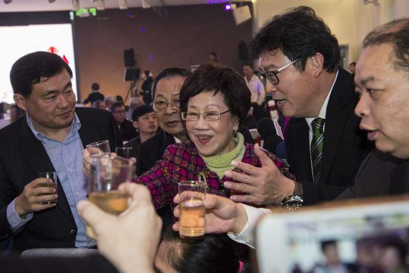 20180225-民進黨台北市黨部春酒,呂秀蓮與姚文智敬酒。(甘岱民攝)
