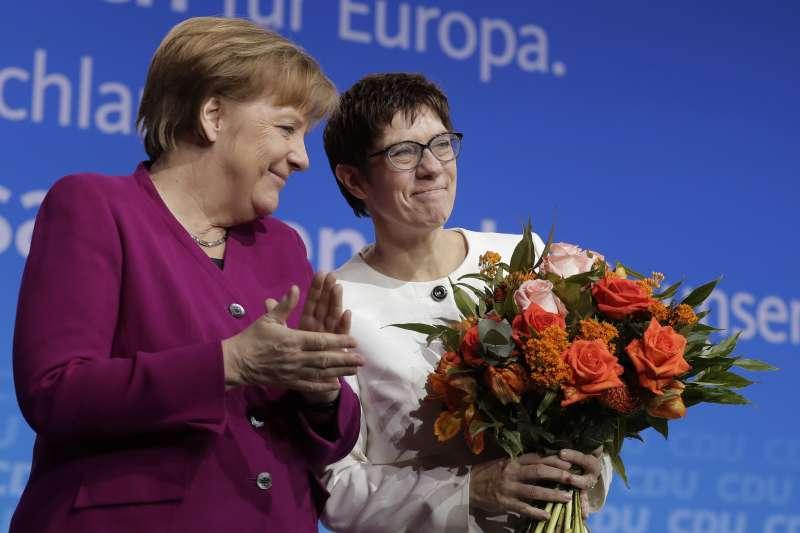 克拉姆普.卡倫鮑爾(右)當選基民盟秘書長,外界認為她是梅克爾(左)欽點的接班人(美聯社)