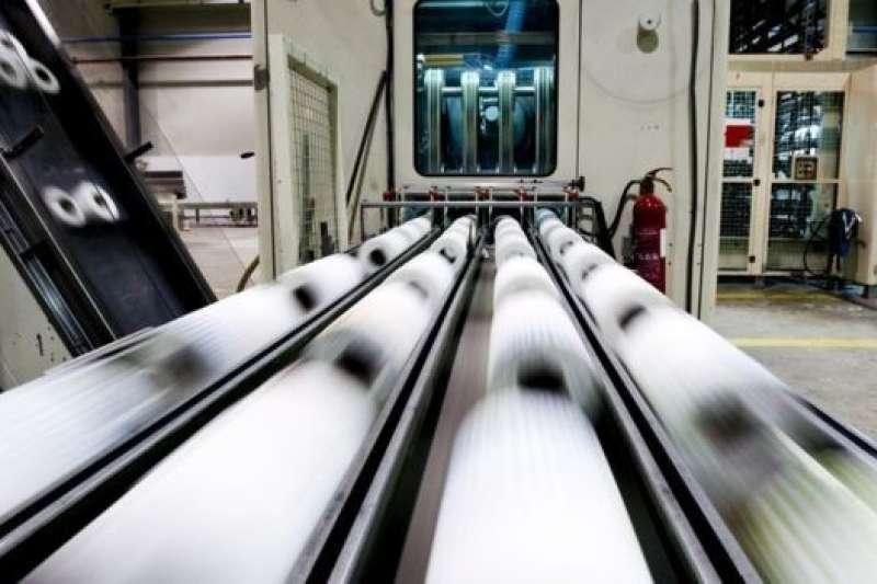 台灣衛生紙熱銷,圖為衛生紙生產線。(BBC中文網)