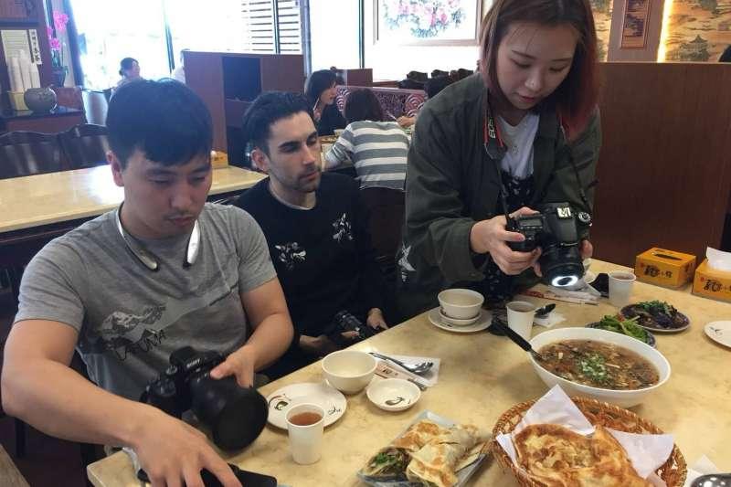 2018-02-27-屏東縣政府邀請「食べ台湾」、「台湾日和」、「Taiwan Travel Lab」部落客體驗東港、小琉球觀光景點。(屏東縣政府提供)