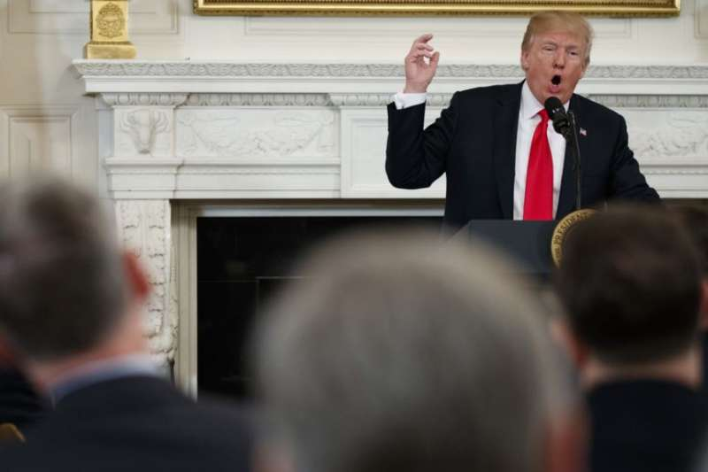 川普總統在白宮國宴廳對美國州長協會成員發表講話。(美國之音)