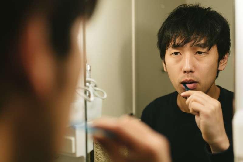 口腔是口呼吸的空氣通道,為了補救口呼吸的傷害,維持口腔清潔就格外重要。(圖/ @pakutaso)