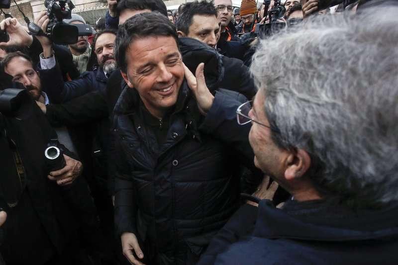 義大利國會選舉將於3月4日舉行,義大利總理真蒂洛尼(右)與民主黨黨魁倫齊(左),於2月24日在一場反歧視遊行相見歡。(AP)