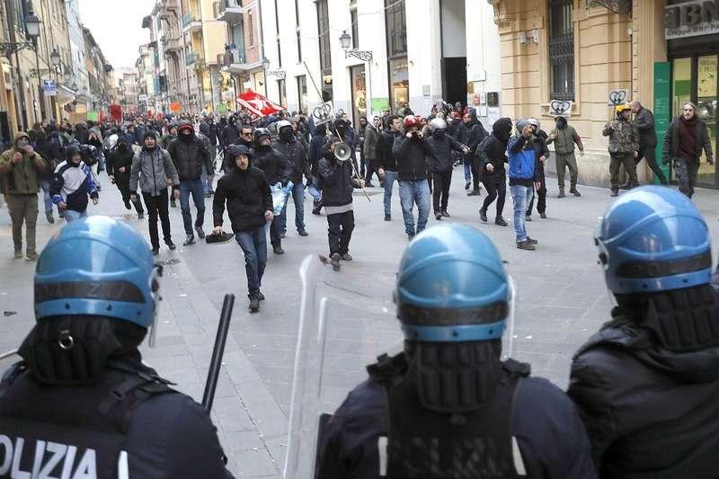 義大利國會選舉將於3月4日舉行,警方23日與示威者在比薩發生衝突。(AP)