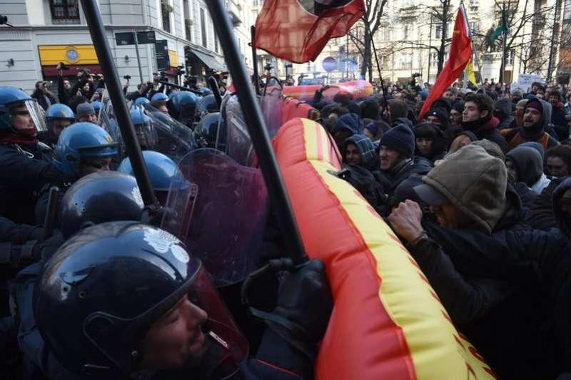 義大利國會選舉將於3月4日舉行,警方2月24日與示威者在米蘭一場反新法西斯政黨的遊行發生衝突。(AP)