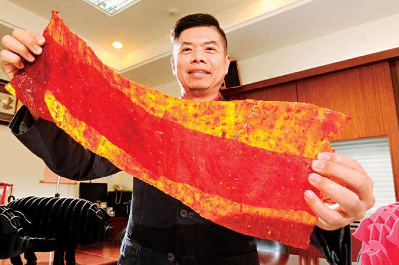 軒記董事長姚琦揚靠著肉乾擺脫貧窮,5年前又斥資2億元打造新廠,並研發出肉乾條等新品,繼續墊高競爭門檻。(商業周刊程思迪攝影)