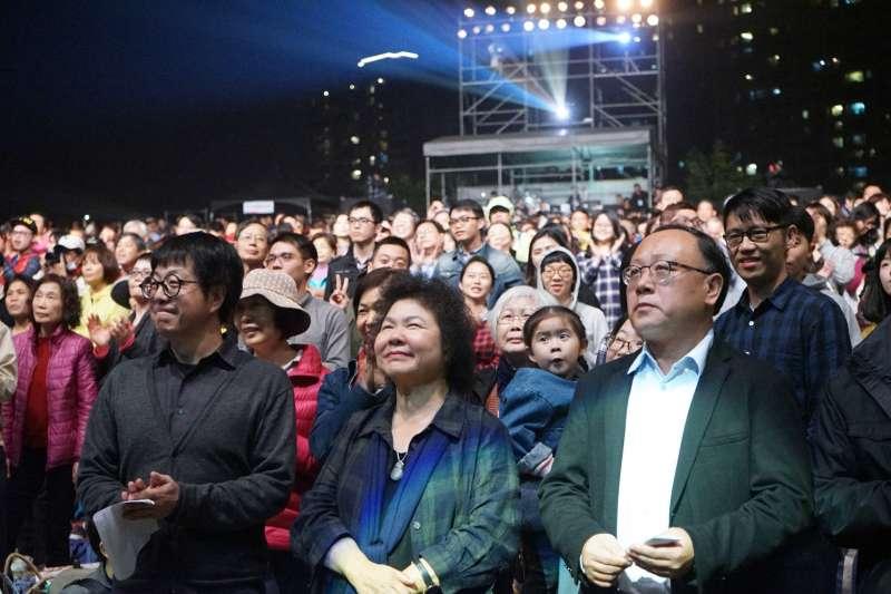 高雄市長陳菊27日晚間到高美館草坡與現場市民朋友一同聆聽228「嘸放手」草地音樂會。(圖/高雄市文化局提供)