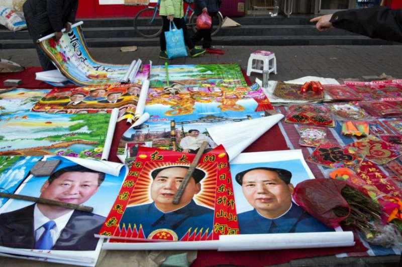 在中國山西省古交的一條街的地攤上出售的年畫,包括習近平、毛澤東等中國5位最高領導人的肖像。(美國之音)
