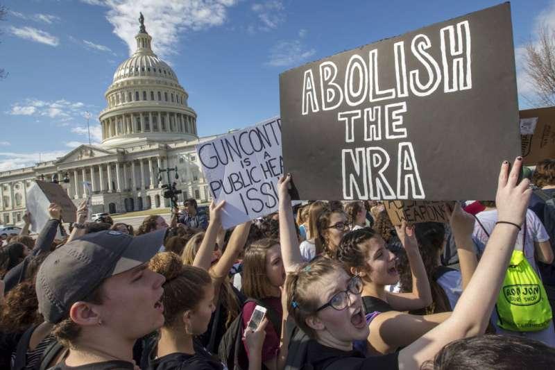 美國反槍團體在白宮前抗議。(美聯社)