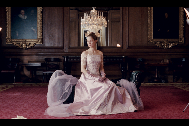 本屆奧斯卡最佳服裝入圍設計,挖空心思又下重本,有設計師找到400年前的蕾絲剪裁戲服,也有入圍者使用高價布料,由倫敦裁縫製作,還原邱吉爾的體態,令人目不暇給。本圖為《霓裳魅影》劇照。(圖/取自 Phantom Thread 官網)