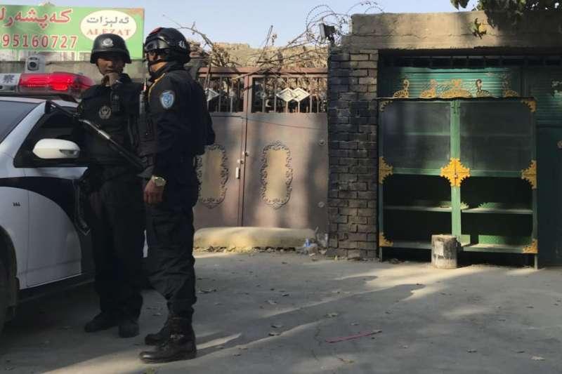 2017年11月2日,在新疆庫爾勒市,警察站在一個被認為用於再教育的中心附近。(美國之音)