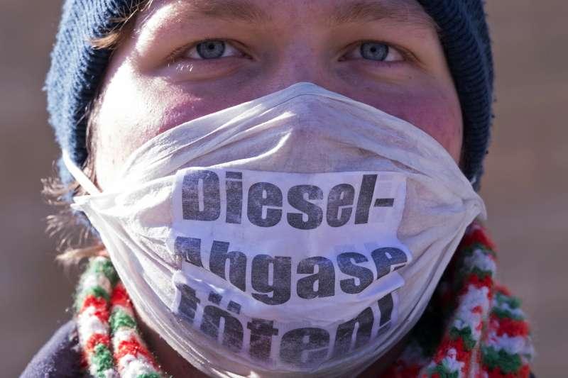 德國環保人士抗議柴油車的廢氣汙染空氣。(美聯社)