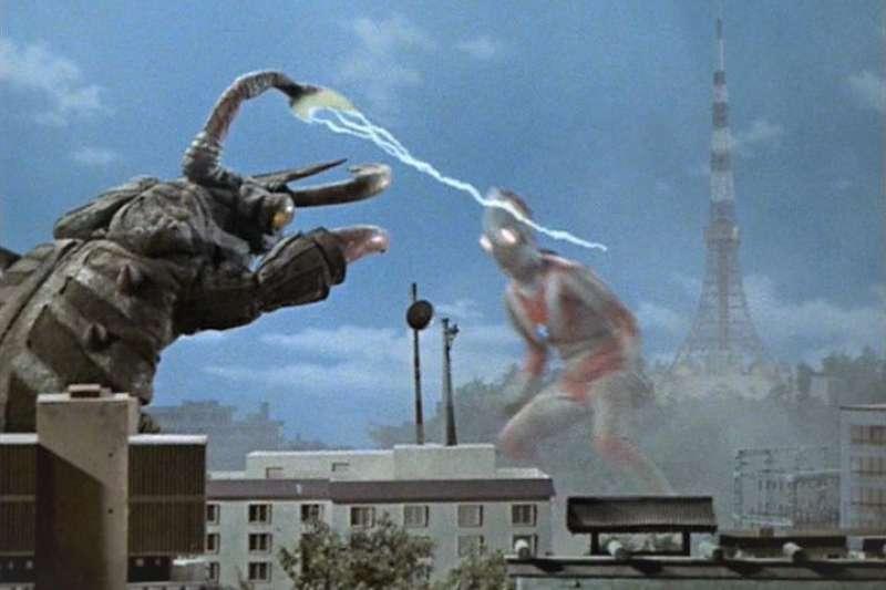 日本的怪獸系列電影,酷斯拉、摩斯拉等享譽世界,然而為何牠們都在電影中摧毀東京鐵塔呢?原來背後有一段故事...(圖/取自youtube)