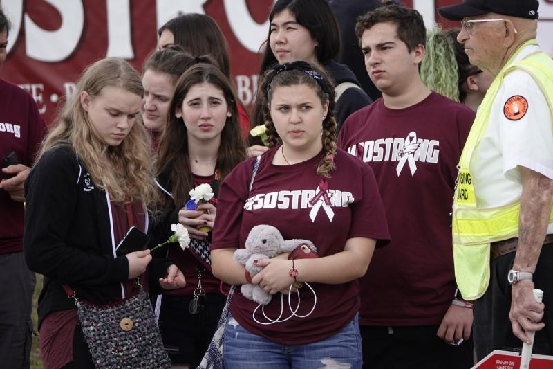在槍擊案發生兩周後,帕克蘭馬喬瑞史東曼道格拉斯中學(Marjory Stoneman Douglas High School)的學生首次回到校園。
