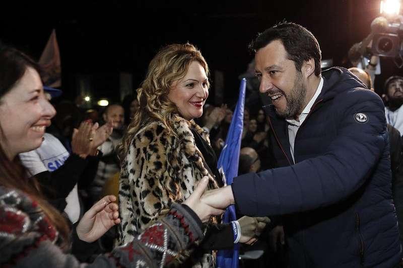 義大利將於3月4日舉行國會選舉。極右派政黨「北方聯盟」領導人薩爾維尼,3月1日與支持者握手。(AP)