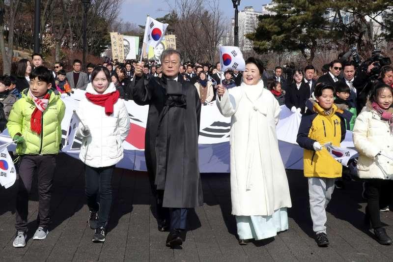 2018年3月1日,南韓各界在首爾西大門刑務所歷史館舉行「紀念三一運動99周年儀式」,文在寅總統與第一夫人金正淑參加遊行(AP)