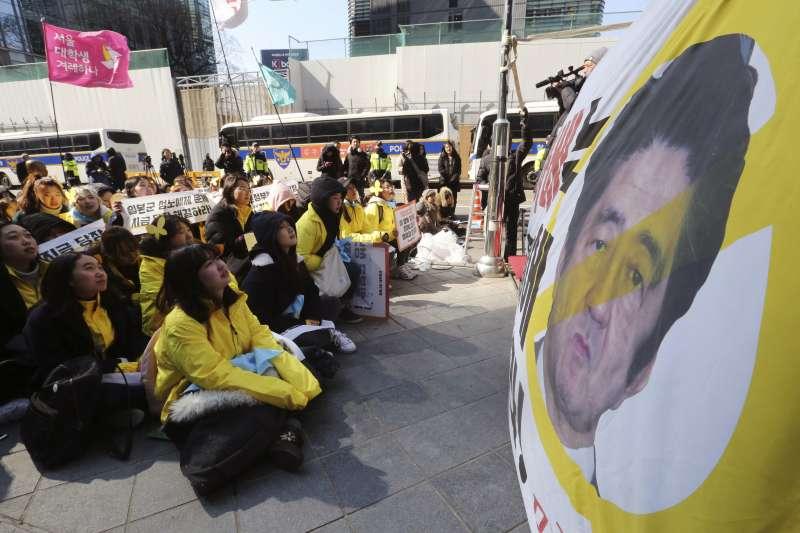 2018年3月1日,南韓各界在首爾西大門刑務所歷史館舉行「紀念三一運動99周年儀式」,日本首相安倍晉三成為被聲討對象(AP)