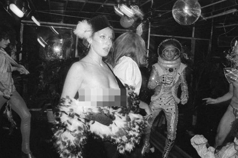 著名的美國地下情色攝影師Charles,用相機誠實地記錄了華爾街下班後的花花世界。(圖/言人文化提供)