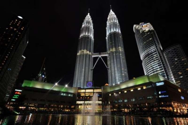 馬來西亞2016至2017年統計年度的全國人口是3,200萬人,當中有23.2%是華人。有分析稱到了2040年後華人比率會跌破20%。(BBC中文網)