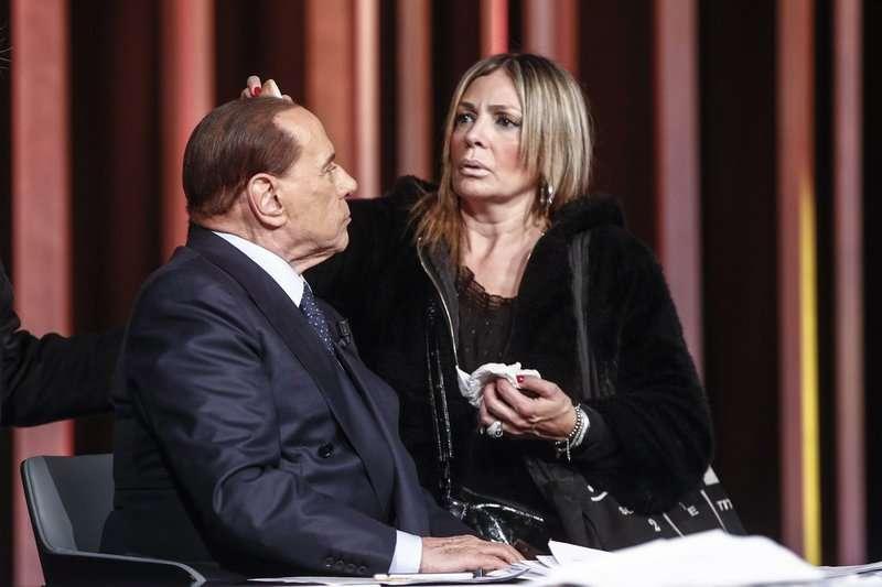 義大利前總理貝魯斯柯尼在參加電視節目前,化妝師幫他化妝。81歲的貝魯斯柯尼有望成為義大利的「造王者」(AP)