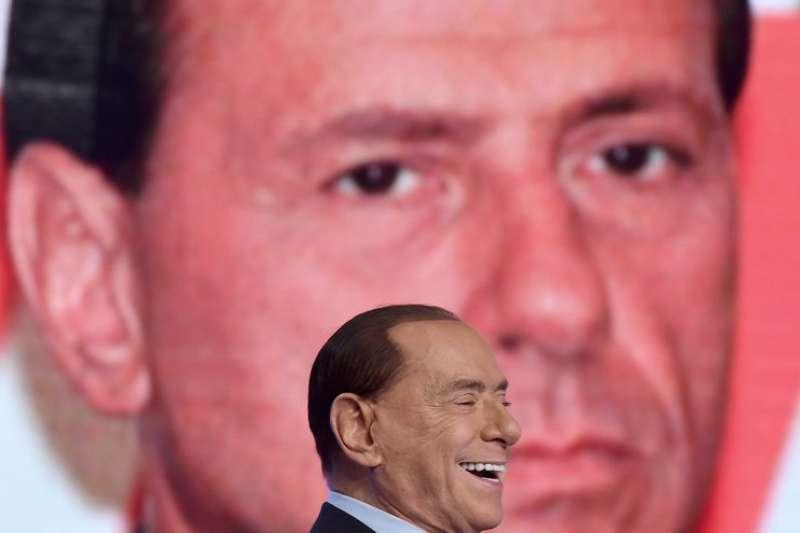 義大利前總理於電視節目錄影時開懷大笑,他有望成為義大利力量黨的「造王者」(AP)