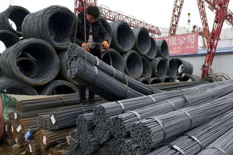 全球貿易戰風險升高,美國總統川普對進口鋼鋁製品課徵懲罰性關稅,中國業者也受到衝擊(AP)