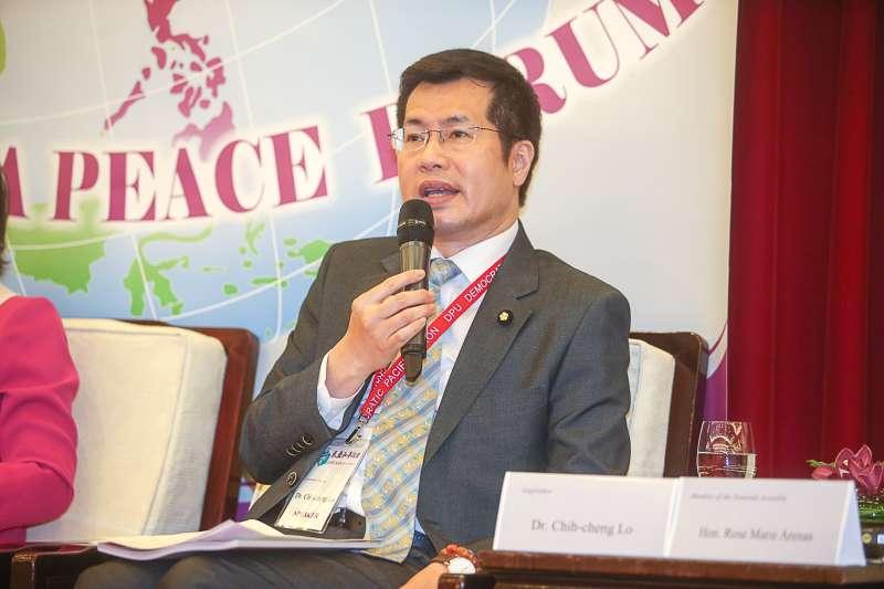 立委羅致政-第一屆「東亞和平論壇」,呂秀蓮和與會外賓握手致意。(陳明仁攝)