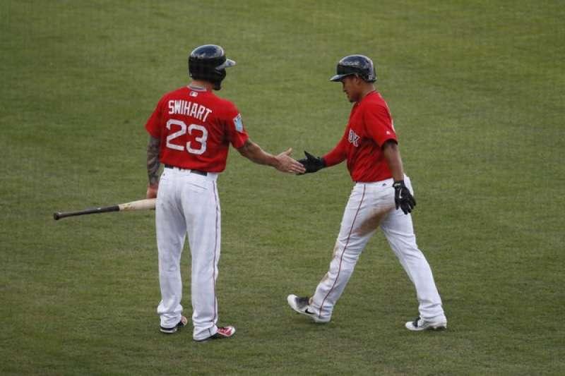 紅襪林子偉(右)靠著隊友安打回本壘得分,與史威哈特擊掌道賀。(美聯社)