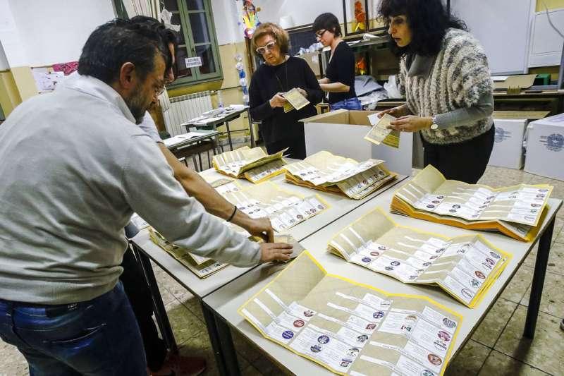 義大利4日舉行國會大選,選務人員正忙著開票。(美聯社)