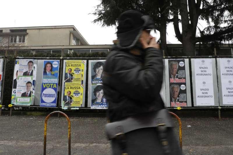 義大利4日舉行國會大選,米蘭街頭貼滿了競選人的選舉海報。(美聯社)