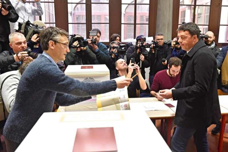 義大利4日舉行國會大選,總理倫齊也投下自己神聖的一票。(美聯社)