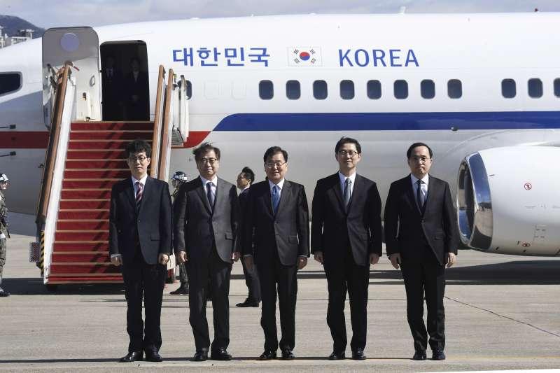 代表南韓總統文在寅的特使團5日出發前往北韓(美聯社)