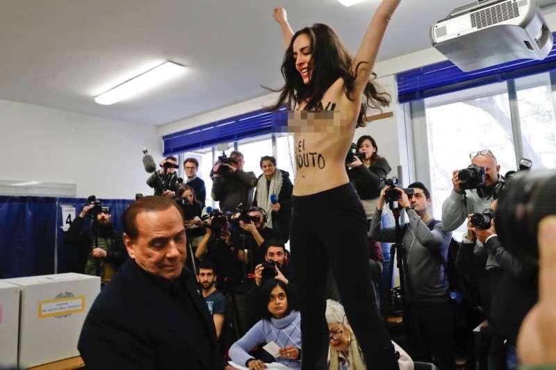 一名女性主義運動團體費曼(Femen)成員4日在投票所光著上身,向貝魯斯柯尼抗議。(美聯社)