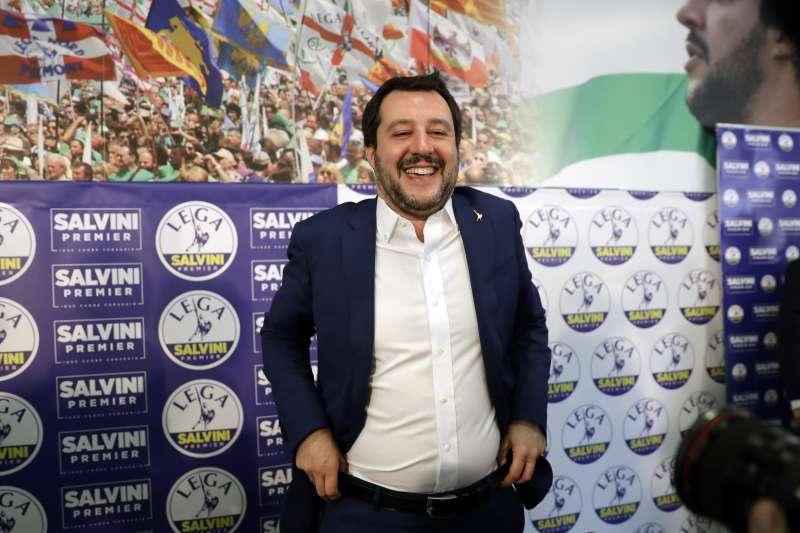 義大利北方聯盟黨黨魁薩爾維尼在國會選舉的初步結果出爐後,滿臉笑容(美聯社)