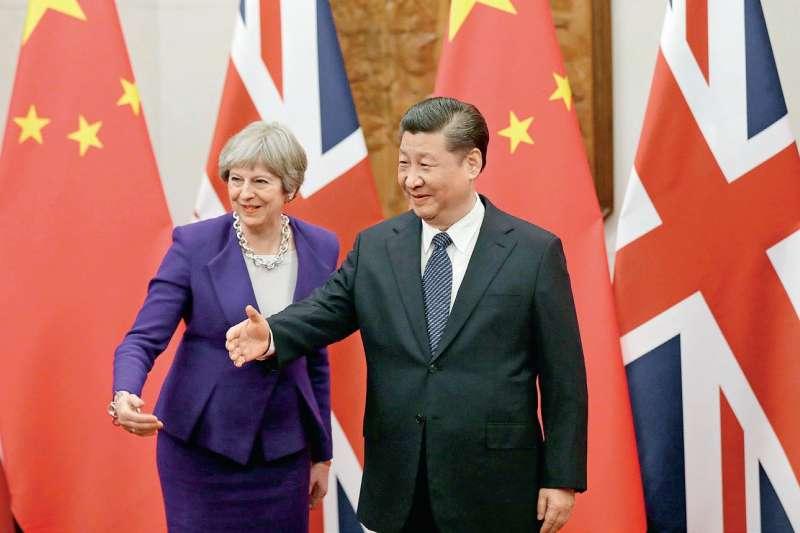 近幾年各國元首爭先恐後拜訪中國大陸,圖為英國首相特蕾莎·梅與中國領導人習近平。(多維TW提供)