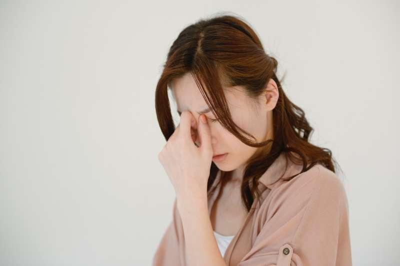你是容易頭痛的體質嗎?除了吃藥,還有你不可不知的預防方式!(示意圖非本人/photoAC)
