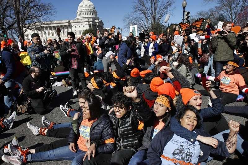 支持逐夢者計畫的民眾,5日在躺在華府的道路上,行使公民不服從。(AP)