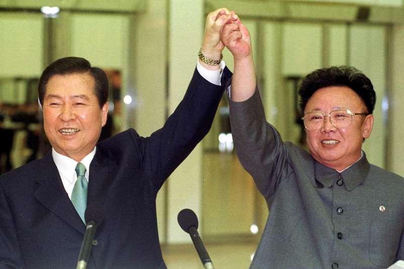 2000年6月14日,時任南韓總統金大中(左)與北韓最高領導人金正日在平壤舉行高峰會(AP)