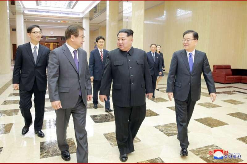 朝鮮勞動黨委員長金正恩與南韓總統特使團成員交談。(朝中社)