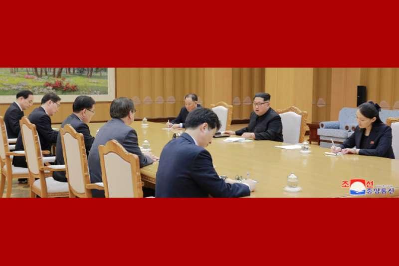 朝鮮勞動黨委員長金正恩與南韓總統特使團成員交涉,金正恩的胞妹金與正也在旁作陪。(朝中社)