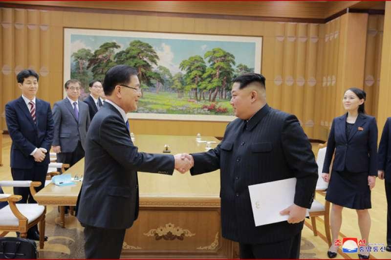 朝鮮勞動黨委員長金正恩與與南韓總統特使團成員握手。(朝中社)