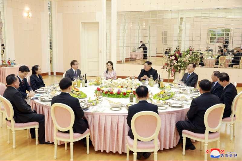 韓國總統特使團與朝鮮勞動黨委員長金正恩會面並共進晚餐。二排左起依次為國家情報院院長徐薰、金正恩夫人李雪主、金正恩、青瓦台國家安保室室長鄭義溶。(朝中社)