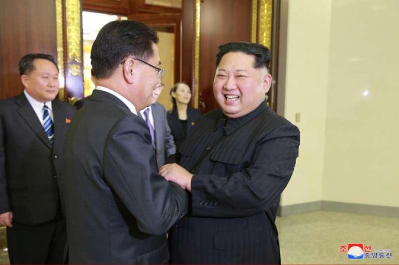 青瓦台國家安保室室長鄭義溶(左)與朝鮮勞動黨委員長金正恩親切握手。(朝中社)
