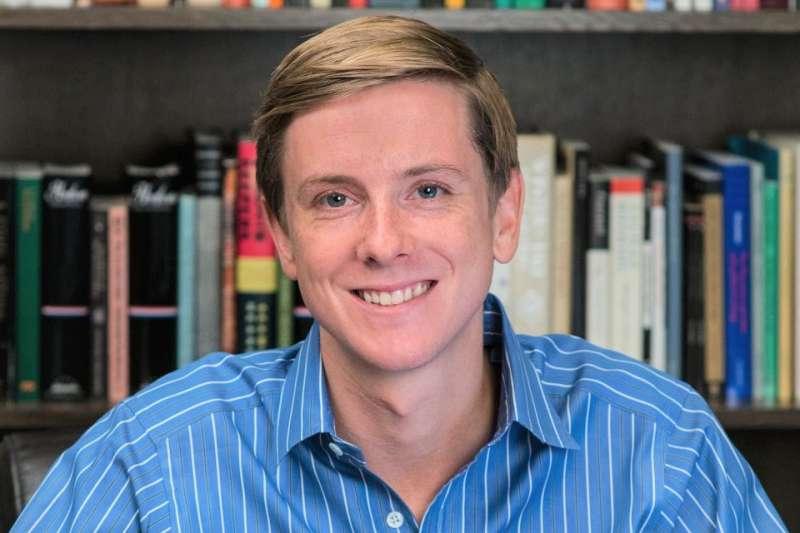 Facebook共同創辦人克里斯·休斯(Chris Hughes)在公司成立三年後就離開了團隊,當時他獲得2%的公司股份,讓他年紀輕輕就坐擁5億美元的財富,近期他出新書,談起多年前與佐克伯在雨中的一場對話、如何影響他的一生。(圖/數位時代提供)