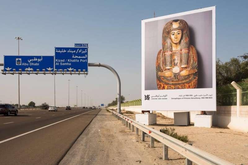 為了讓藝術融入更多人的日常生活,阿布達比羅浮宮與文化旅遊部想到了這個妙招,將高速公路布置成綿延100多公里的畫廊。(圖/© Louvre Abu Dhabi, photography by Mohamed Somji)
